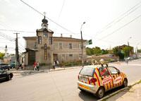 Фото часовни Святителя Луки в Симферополе и яркого Амиго рядом
