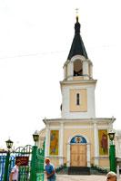 Фото купола колокольни Кафедрального Петропавловского собора, а также мозаик святых апостолов Петра и Павла на входе в храм