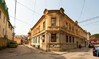 Фото старинного 2-х этажного дома на пересечении улиц Большевистской и Одесской в Симферополе