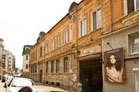 Фото рекламы на старинном доме в Симферополе