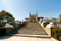 Фото лестницы и львов по ее краям перед южным фасадом Воронцовского дворца