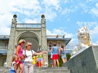 Фото льва у лестницы Алупкинского дворца перед его южным фасадом