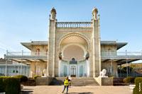 Южный вход в Воронцовский дворец в Крыму с видом на море оформлен в восточном стиле
