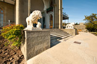 Фото 2-х стерегущих вход львов в Воронцовский дворец в Крыму