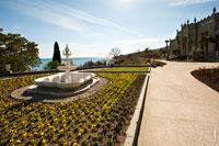 Фото чашеобразного фонтана и клумбы с цветами на террасе у южного входа в Воронцовский дворец в Крыму