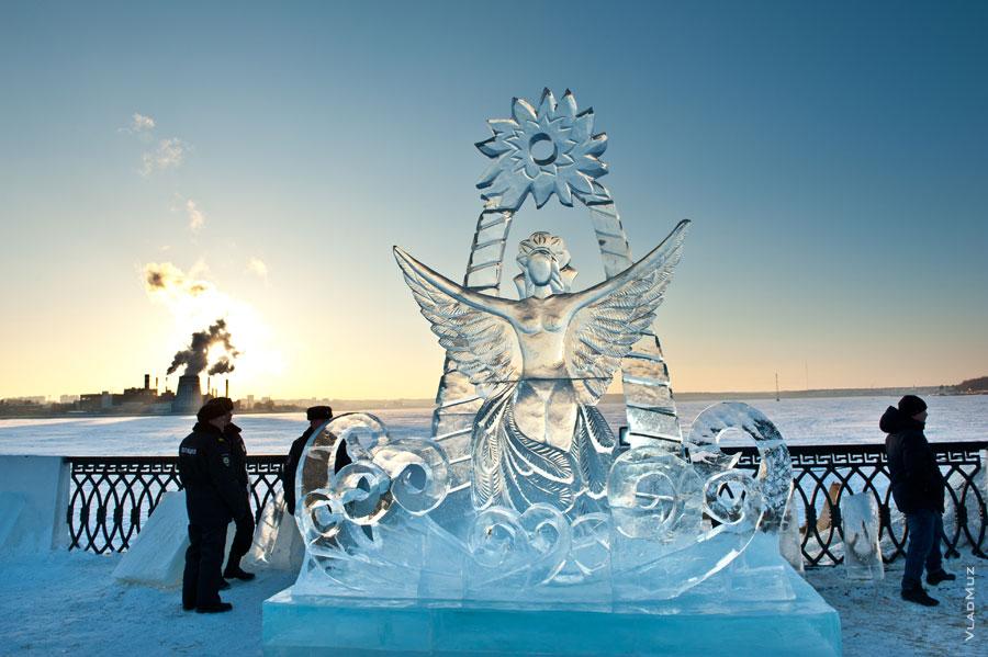 Фото ледовой скульптуры «Царевны-Лебедя» на набережной Ижевска