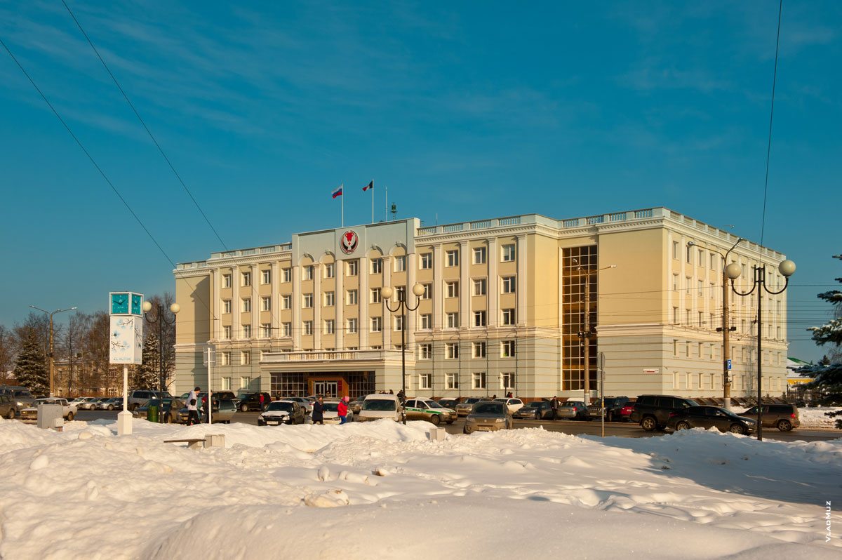 Фото символа Удмуртии на доме Правительства Удмуртской Республики в городе Ижевске