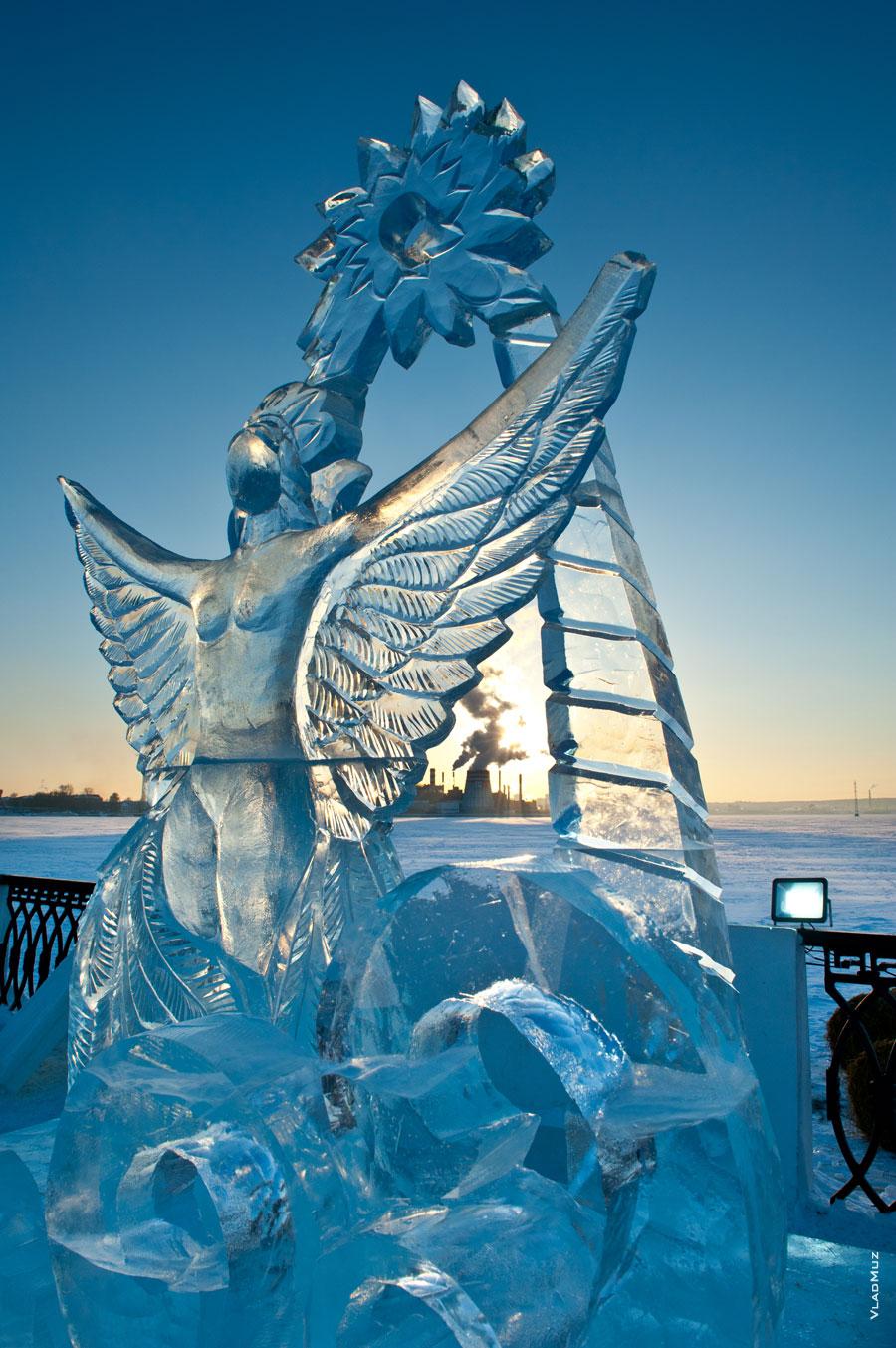 Ледовая скульптура «Царевны-Лебедя» искрится и играет красками в лучах заходящего солнца