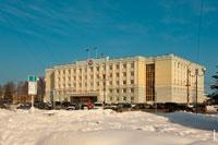 Фото символа Удмуртии на доме Правительства Удмуртской Республики в Ижевске с HD разрешением 4110 на 2735 пикселей