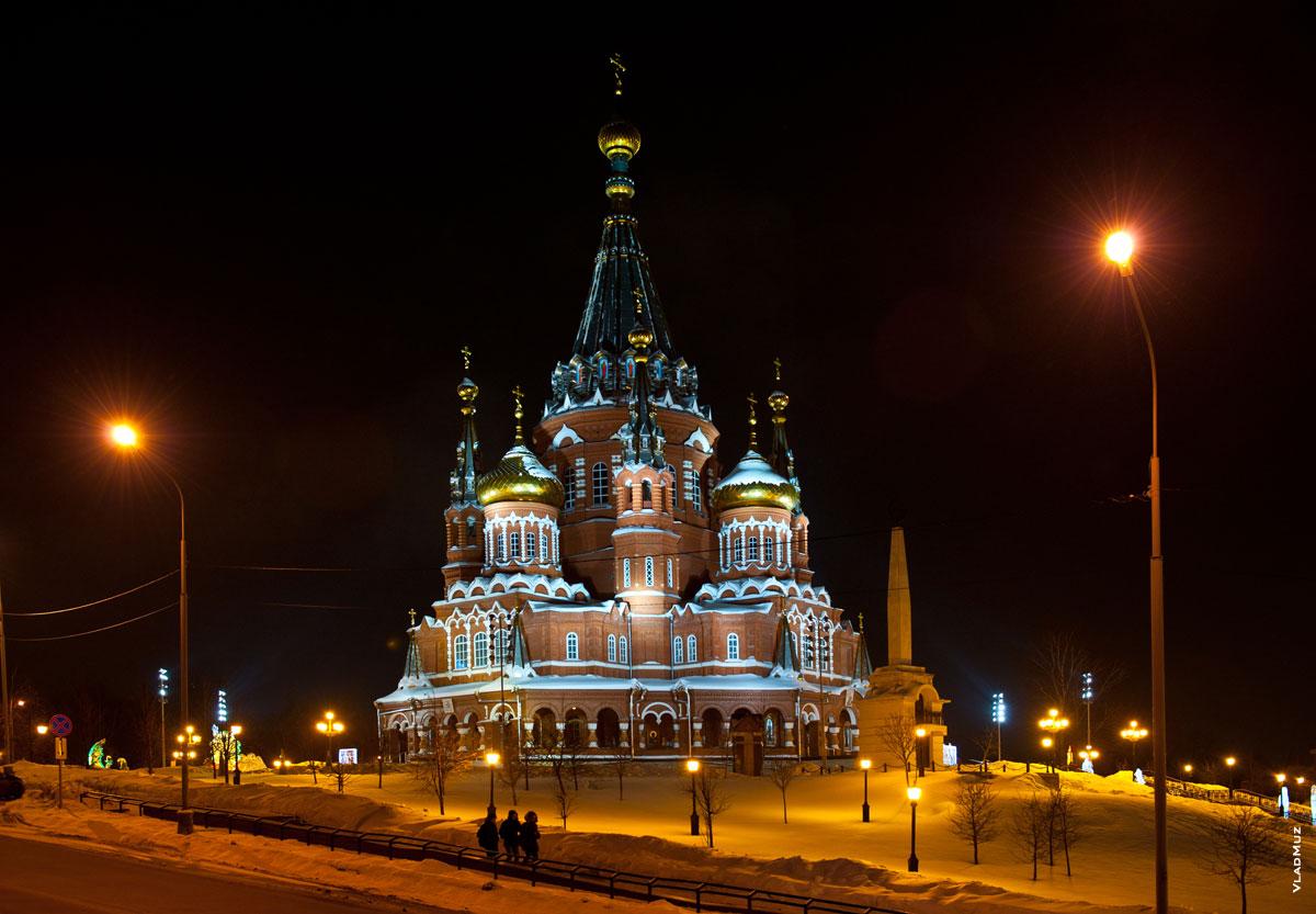 Ночное фото Михаило-Архангельского кафедрального собора в городе Ижевске