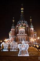 Ночное фото Свято-Михайловского собора в городе Ижевске и ледяных скульптур «Ангелфест» с подсветкой с HD разрешением 2655 на 3990 пикселей