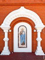Фото мозаики Иисуса Христа на стене храма Казанской иконы Божией Матери в Ижевске с HD разрешением 2790 на 3720 пикселей