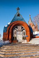 Фото церковного здания рядом с храмом Казанской иконы Божией Матери в Ижевске