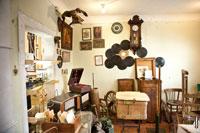 Фото старинной мебели, часов, грампластинок с патефоном в антикварном магазине «Светёлка» в Ижевске