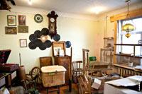 Антикварный магазин «Светёлка» в Ижевске: часы, грампластинки на стенах, ларь и различная деревянная утварь