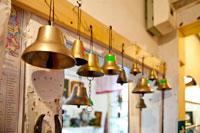 Медные колокола в магазине подарков и сувениров «Светёлка» в Ижевске