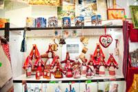 Кружки и матерчатые куклы в удмуртских костюмах в магазине подарков и сувениров «Светёлка» в Ижевске