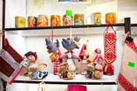 Кружки и матерчатые куклы в магазине подарков и сувениров «Светёлка» в Ижевске