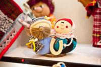 Фото веселых матерчатых удмуртских сувенирных игрушек в магазине «Светёлка» в Ижевске
