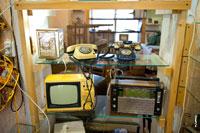 Фото старых телефонных аппаратов, телевизора и радиоприемника в антикварном магазине «Светёлка» в Ижевске