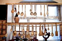 Фото различных деревянных ложек в магазине подарков и сувениров «Светёлка» в Ижевске