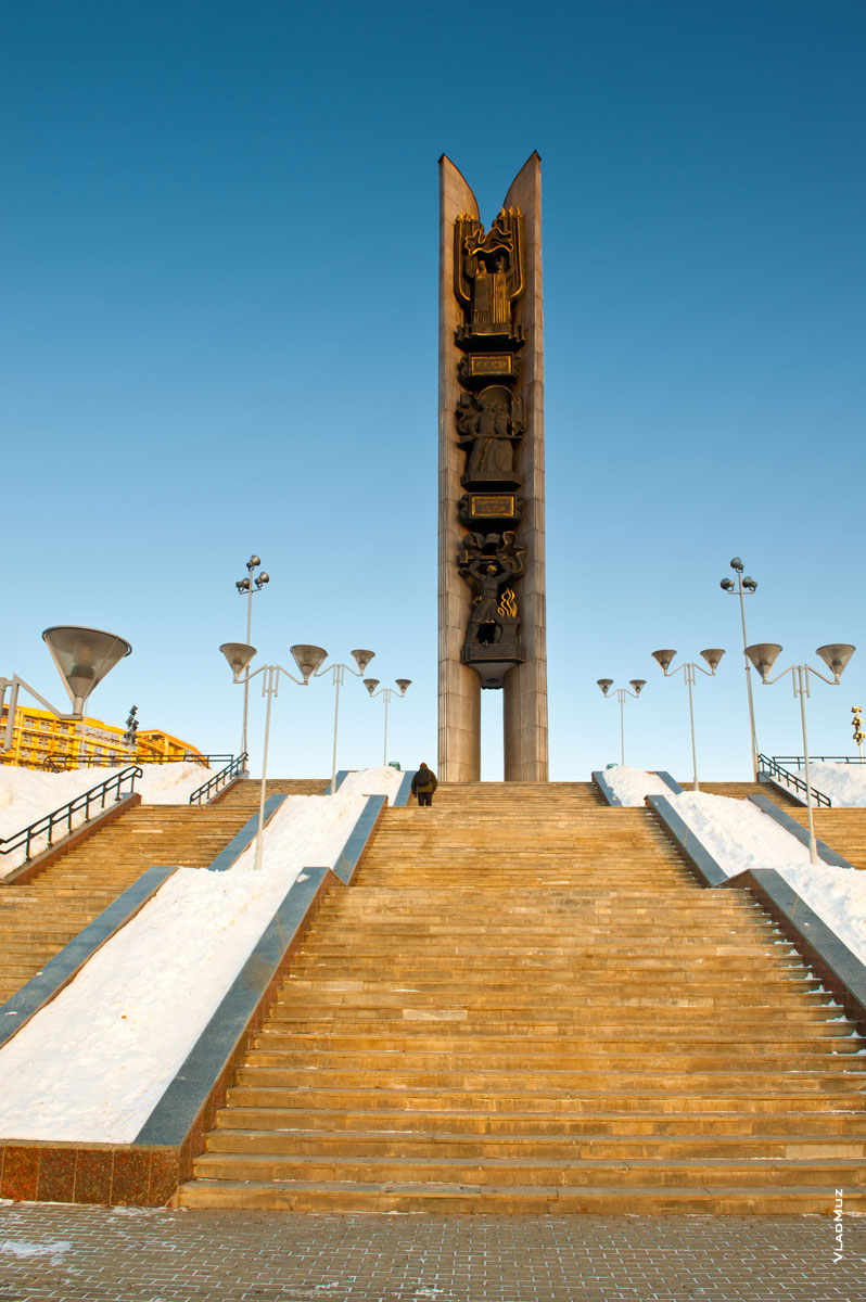 Монумент Дружбы народов на берегу пруда в Ижевске
