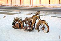 Фото мотоцикла из металла на набережной пруда в Ижевске. Памятник первому мотоциклу ИЖ-1