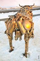 Фото металлической коровы в Ижевске из деталей от автомобилей, мотоциклов и тракторов