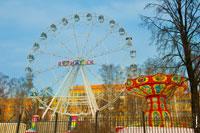 Фото парка аттракционов «Тополь» в Ижевске и колесо обозрения с надписью «я ♥ Ижевск»