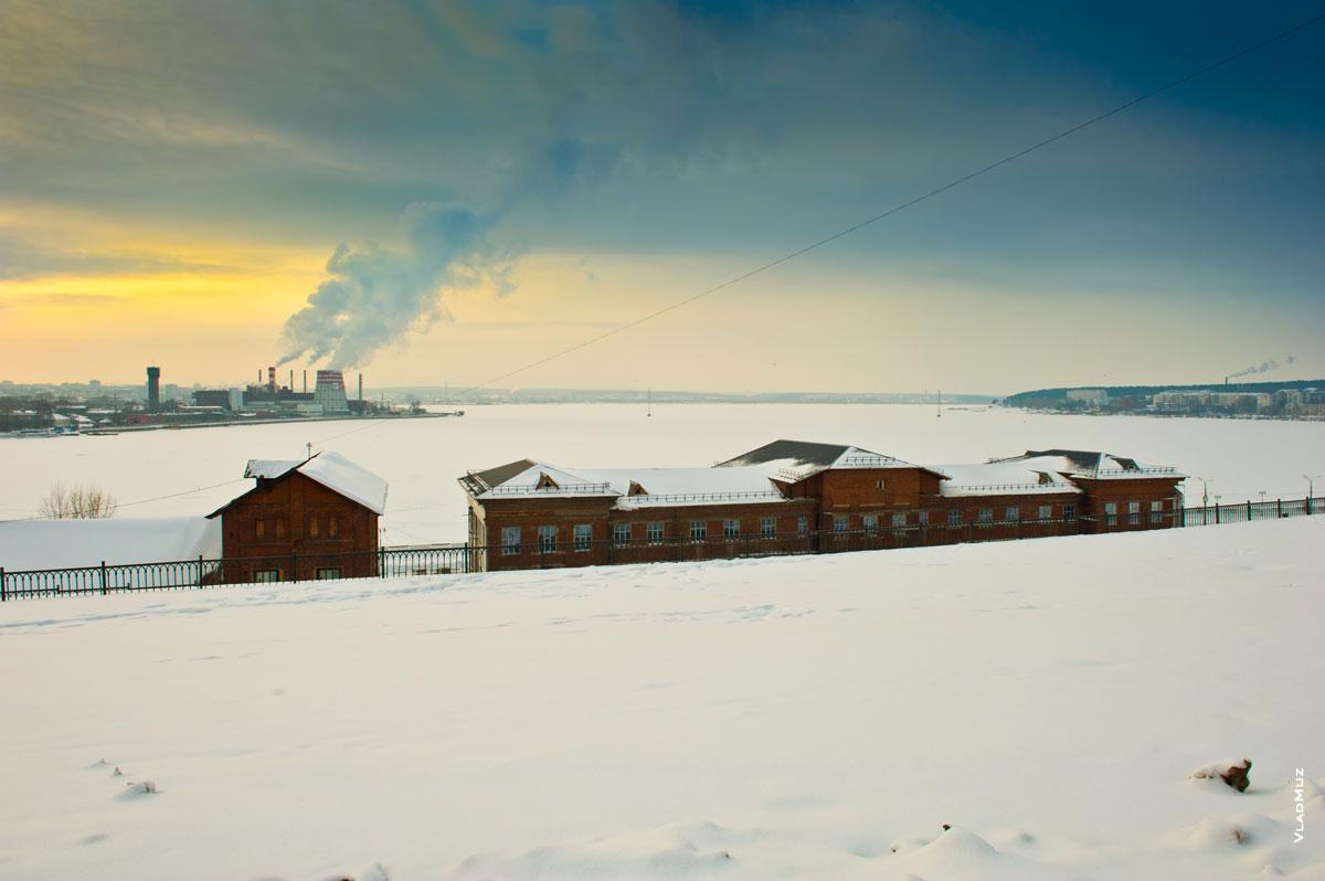 Зимний фотопейзаж на берегу Ижевского пруда с видом на здания пивоваренного завода купца Бодалева из красного кирпича