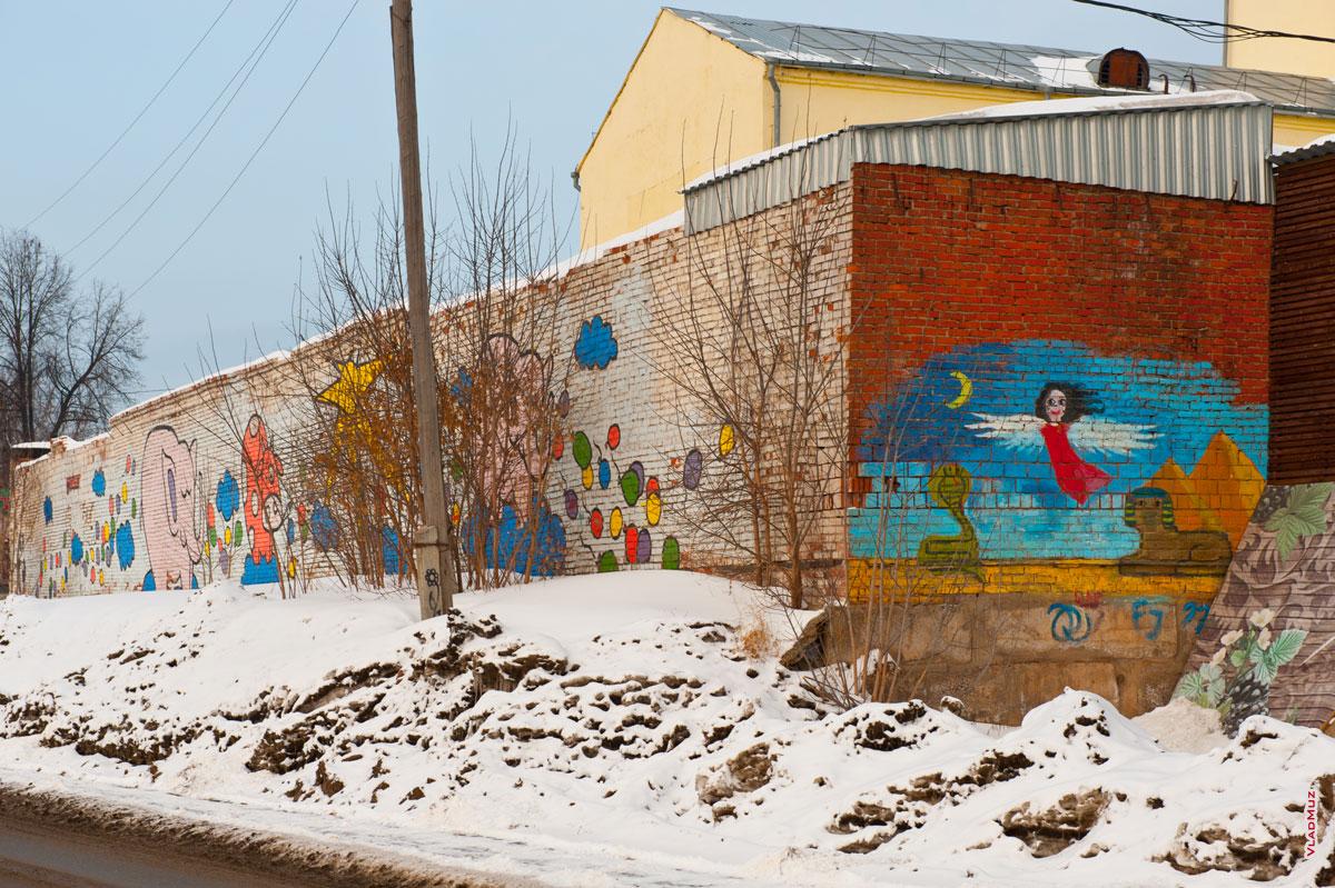 Ижевск. Фото детского граффити на стене гаражей