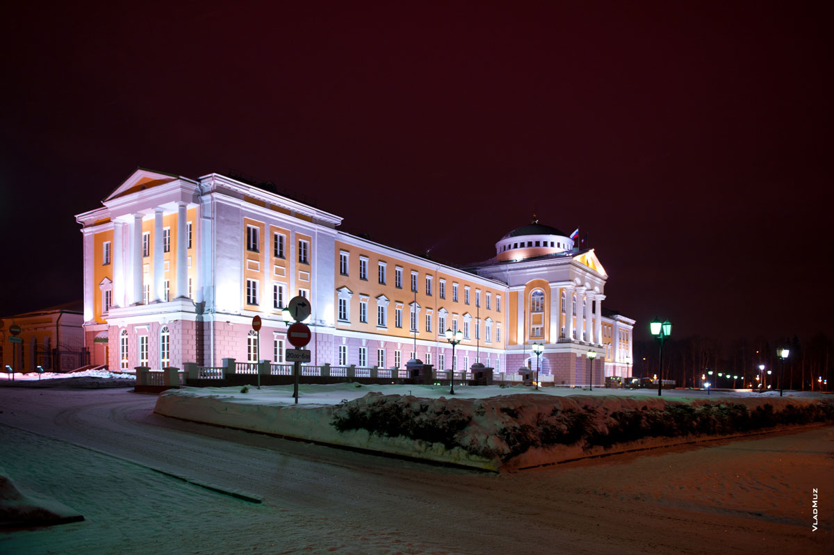 Ижевск ночью. Фото дворца Президента Удмуртской республики