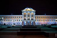 Фронтальный вид дворца главы Удмуртской республики в Ижевске ночью с HD разрешением 4010 на 2670 пикселей