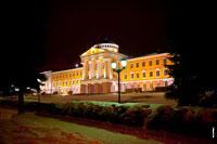 Ночное фото резиденции главы Удмуртии в Ижевске ночью с подсветкой с HD разрешением 4256 на 2832 пикселей