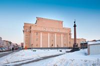 Фото Михайловской колонны в Ижевске на берегу Ижевского пруда, перед Русским Драматическим театром Удмуртии