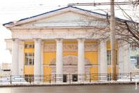 Фото здания на ул. Горького 79 в Ижевске с колоннами и барельефами на входе: торгово-офисный центр «Сайгас»