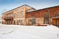 Фото Генеральского дома с балконом на улице Милиционной в Ижевске и старой пристройки к нему из красного кирпича