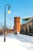 Фото старой водонапорной башни в Ижевске из красного кирпича с HD разрешением 2670 на 4055 пикселей