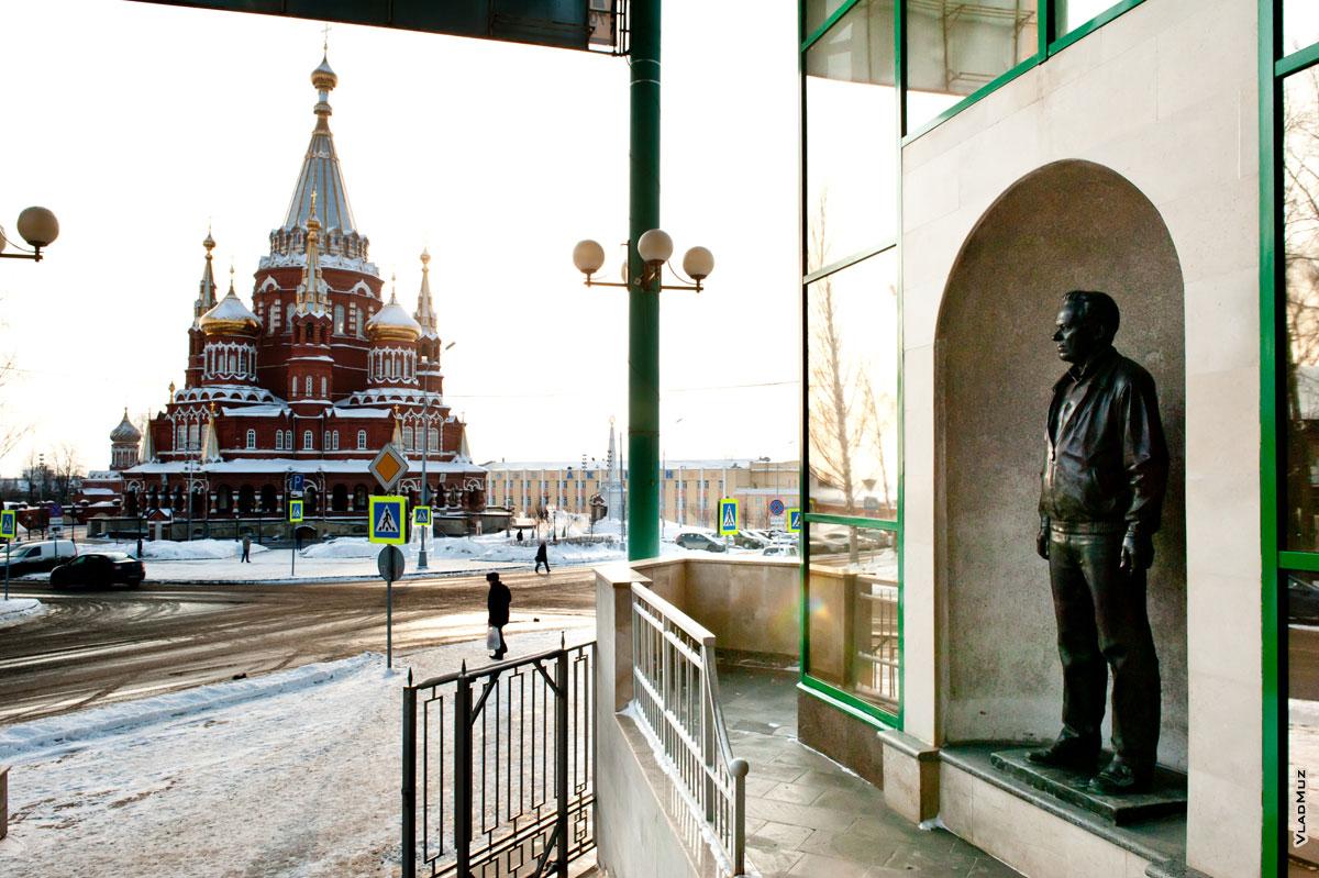 Ижевск. Фото памятника Калашникову с видом на Михаило-Архангельский собор