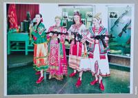 Фото из музея стрелкового оружия им. Калашникова: фото нарядных женщин в национальных костюмах с автоматами Калашникова