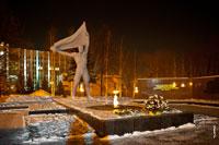 Фото Вечного огня и монумента боевой и трудовой славы в Сквере Победы в Ижевске ночью