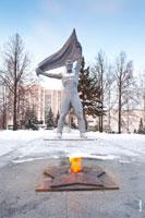 Фото Вечного огня в Сквере Победы в Ижевске и статуи воина с флагом над головой
