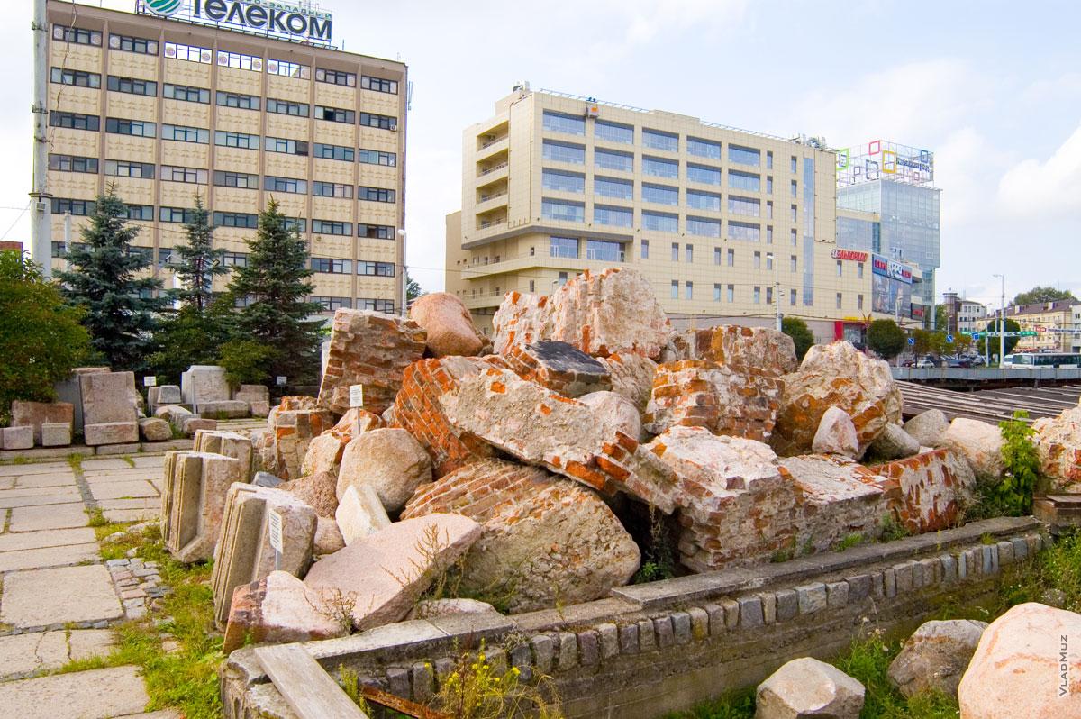 Обломки Королевского замка Кенигсберг на фоне современного Калининграда