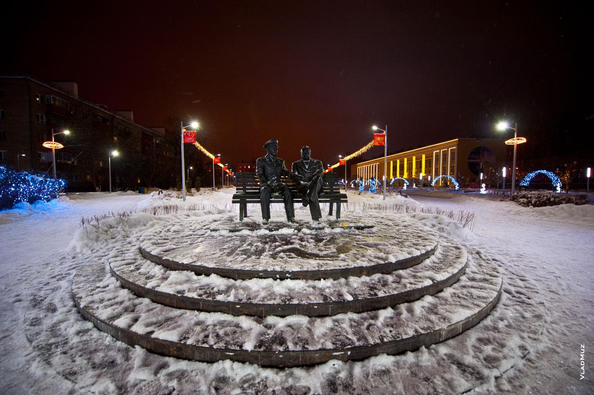 Фото памятника С. П. Королеву и Ю. А. Гагарину на площади перед ДК Калинина в Королёве