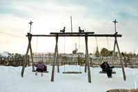Фото взрослых, катающихся на деревянных качелях в «Лудорвае»