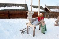 Фото девушки рядом с деревянной лошадью на детской игровой площадке в «Лудорвае»