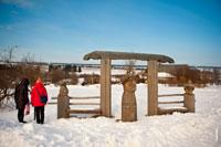 Фото удмуртских символов из дерева и деревянных скульптур в музее-заповеднике «Лудорвай»