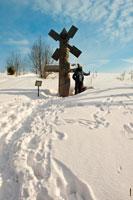 Фото деревянной скульптуры «Легенда о мельнике» в музее-заповеднике «Лудорвай»