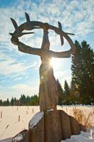Фото деревянной скульптурной композиции «Мать неба» в музее-заповеднике «Лудорвай»