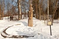 Фото деревянной скульптурной композиции «Кузнец» в «Лудорвае»